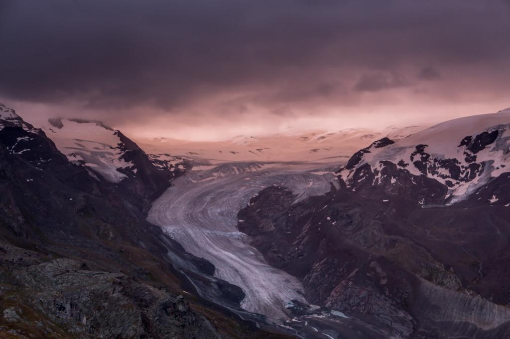 Ledovec Findelglesher zalitý růžovým světlem vycházejícího slunce.