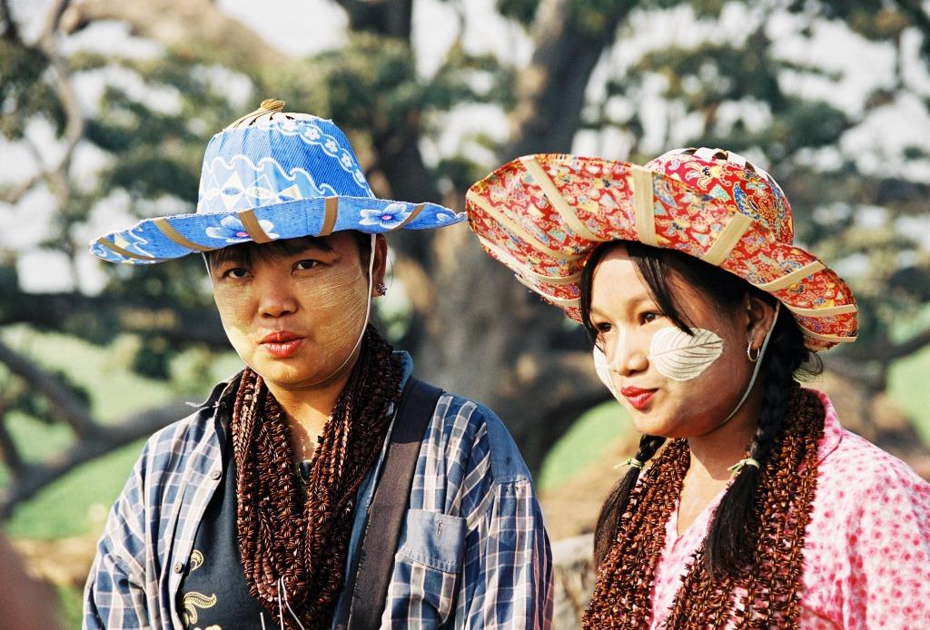 Čím světlejší pleť, tím větší krasavice, alespoň v Barmě.