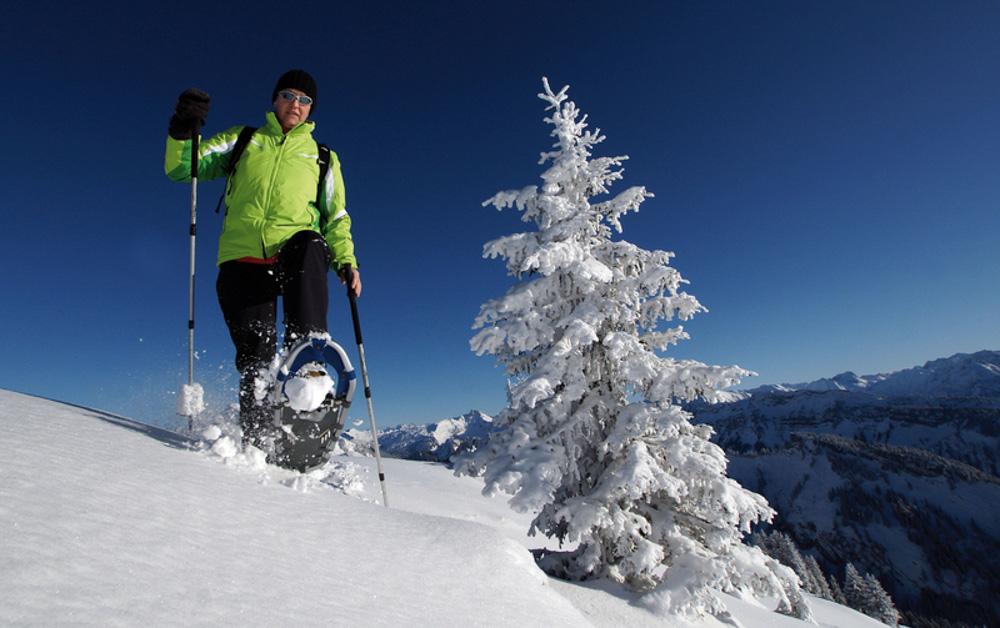 Výlet na sněžnicích? Za slunečného dne, skvělý zážitek. Foto: Ludwig Berchtold/Vorarlberg Tourismus