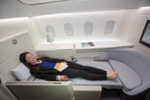 Skutečná postel, i když téhle dívce by stačilo méně něž 201 centimetrů délky lůžka.