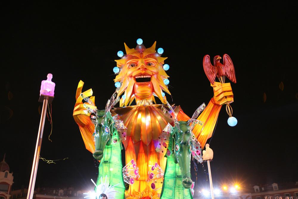 Papírové sochy jsou na karnevalu v Nice opravdu monstrózní.