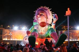 Při nočním průvodu jsou karnevalové sochy perfektně nasvíceny!