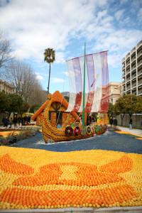 Hlavní třída se vždy na přelomu února a března zaplní sochami z citrusů.