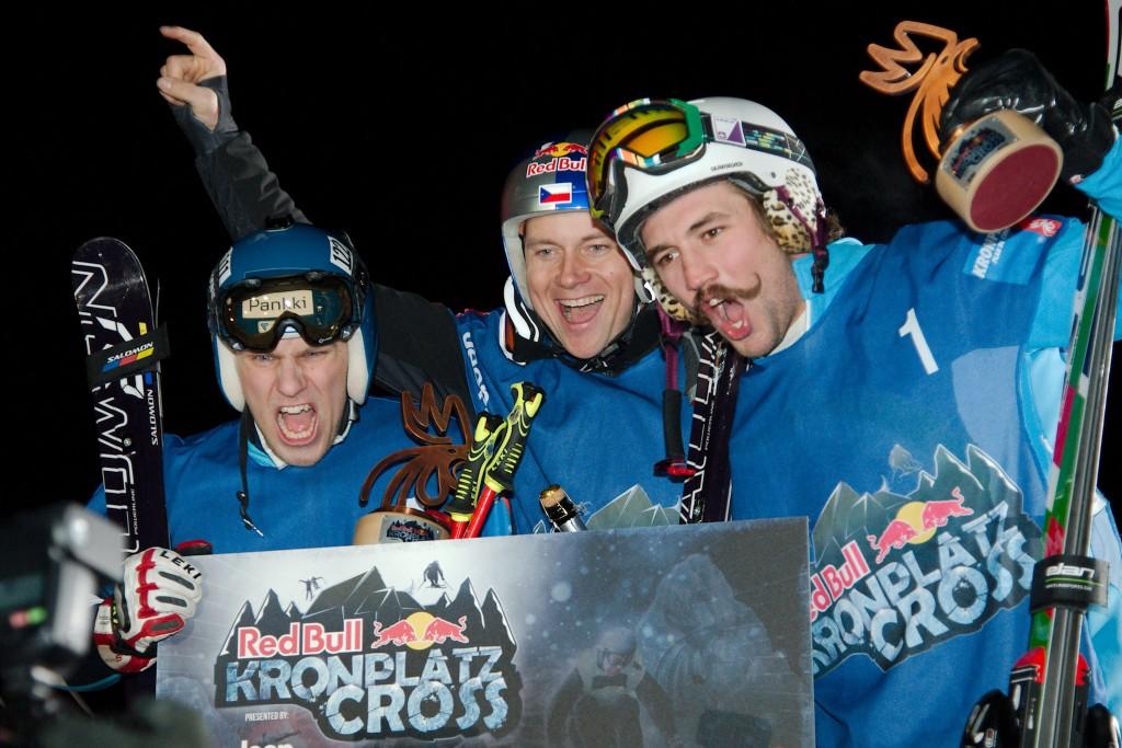 Časký Skikrosař Tomáš Kraus (uprostřed) se svým týmem již v minulosti noční skikrosovýá závod na Kronplatze vyhrál. Letos bohužel nepojede, protože je zraněný.