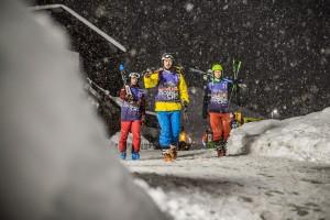 Je noc, sněží a vy jdete závodit! Foto: Harald Wisthaler