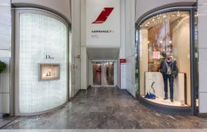 Za těmit dveřmi na terminálu 2E pařížského letiště se skrývá největší salonek světa.