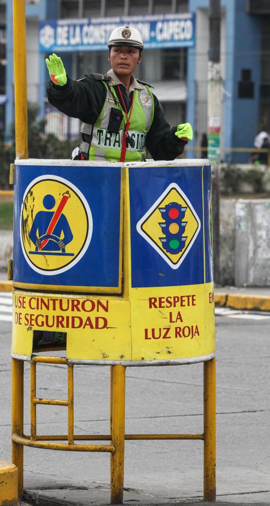 Ženy v uniformách jsou v peruánské metropoli k vidění všude. Lima má jen dopravní policistky.