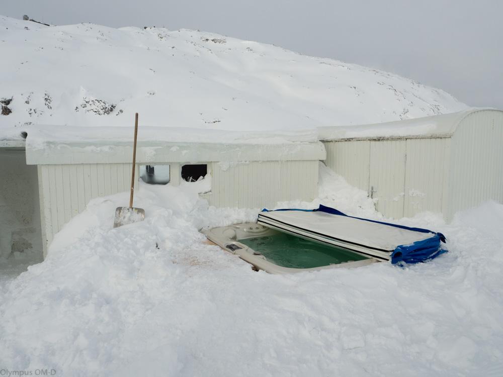 Společná iglů výřivka pod širým nebem hned vedle iglů sauny.