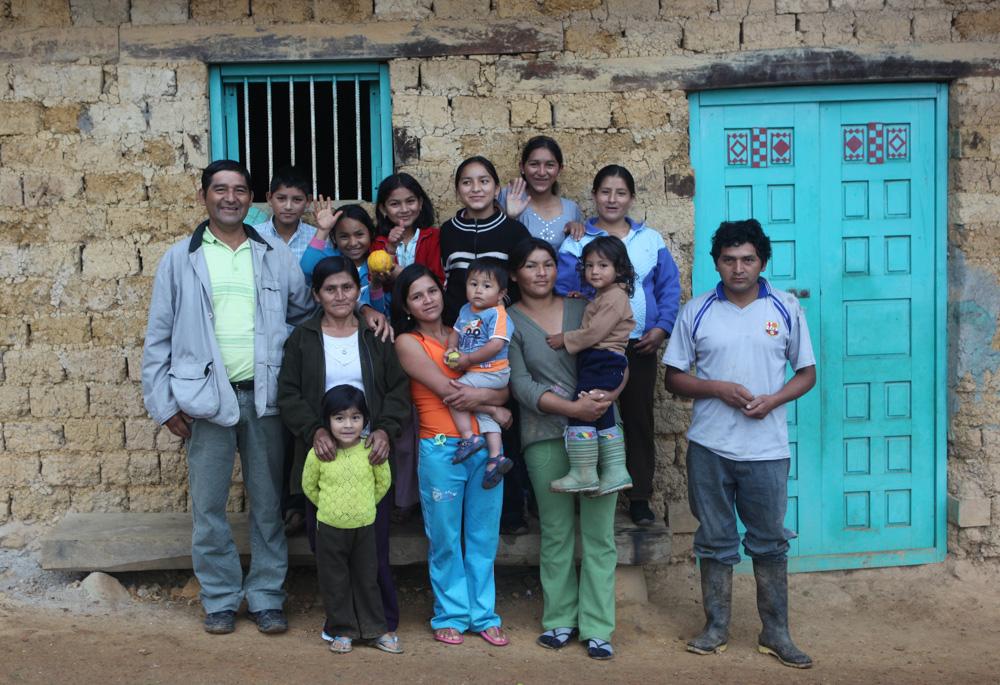 Amarova rodina je hodně velká, jaký na tom má podíl nepřítomnost elektřiny nevím, co ale vím, že se všichni členové rodiny společně hezky každý večer baví.