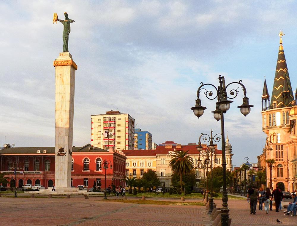 Náměstí Evropy. Médea dohlíží na Batumi.