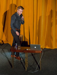 V téhle košili, kalhotách a botách byl Ladislav na své přednášce ve Scale na konci března.