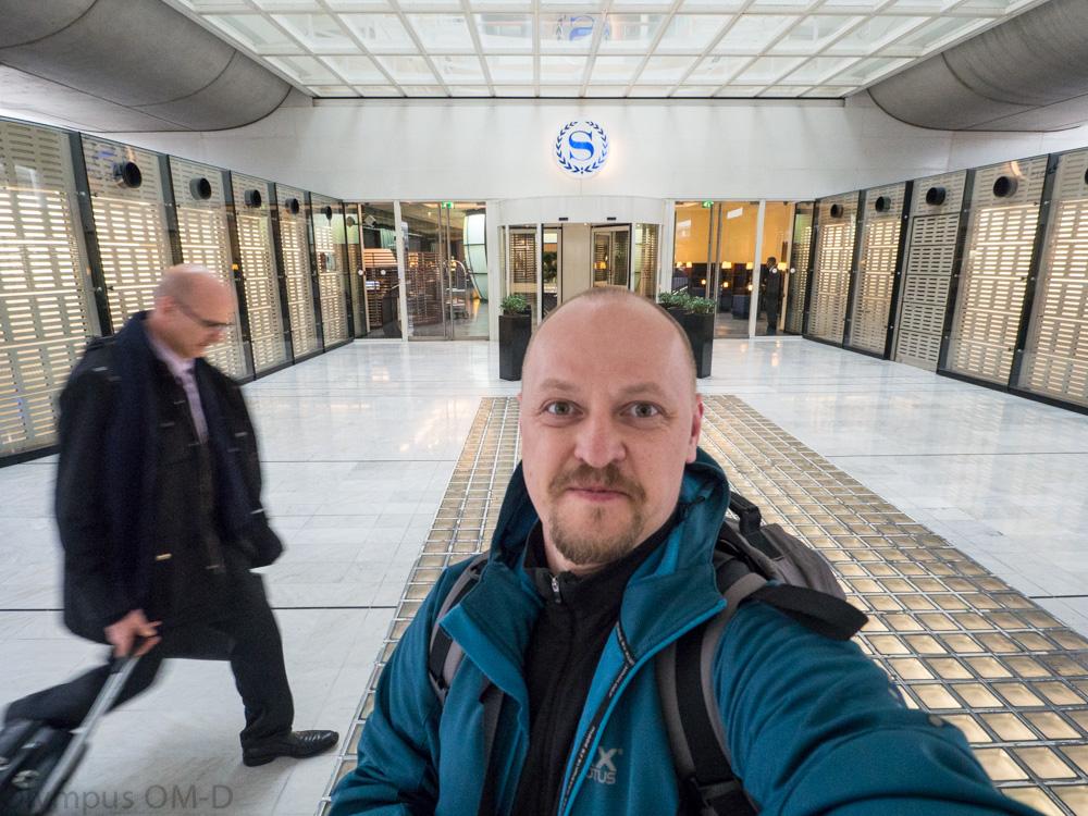 muž před hotelem na letišti