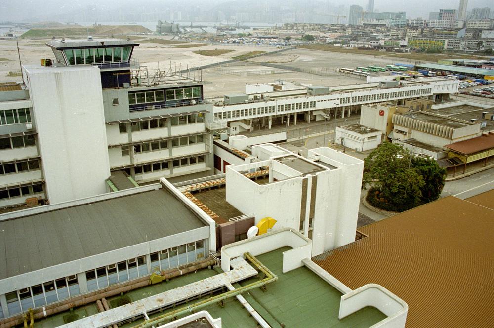 Staré letiště Kai Tak v Hong Kongu pamatuje ty největší držkopády a krkolomná přistání.