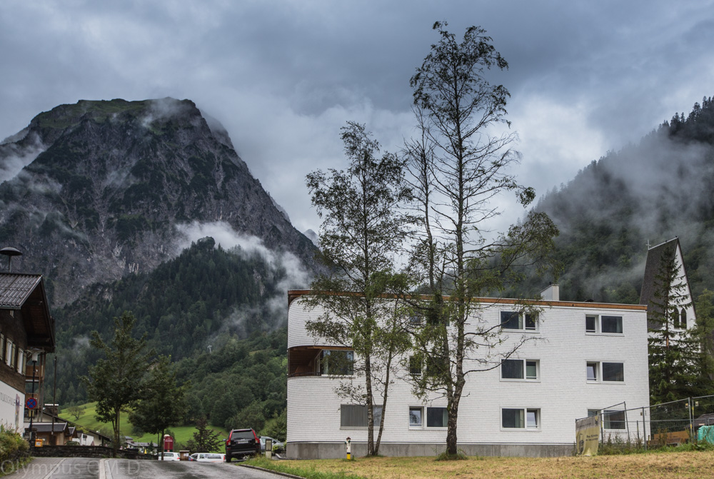 Hotel je obklopen nádhernými kopci. A tak i za deště nabízí z okna krásné výhledy!