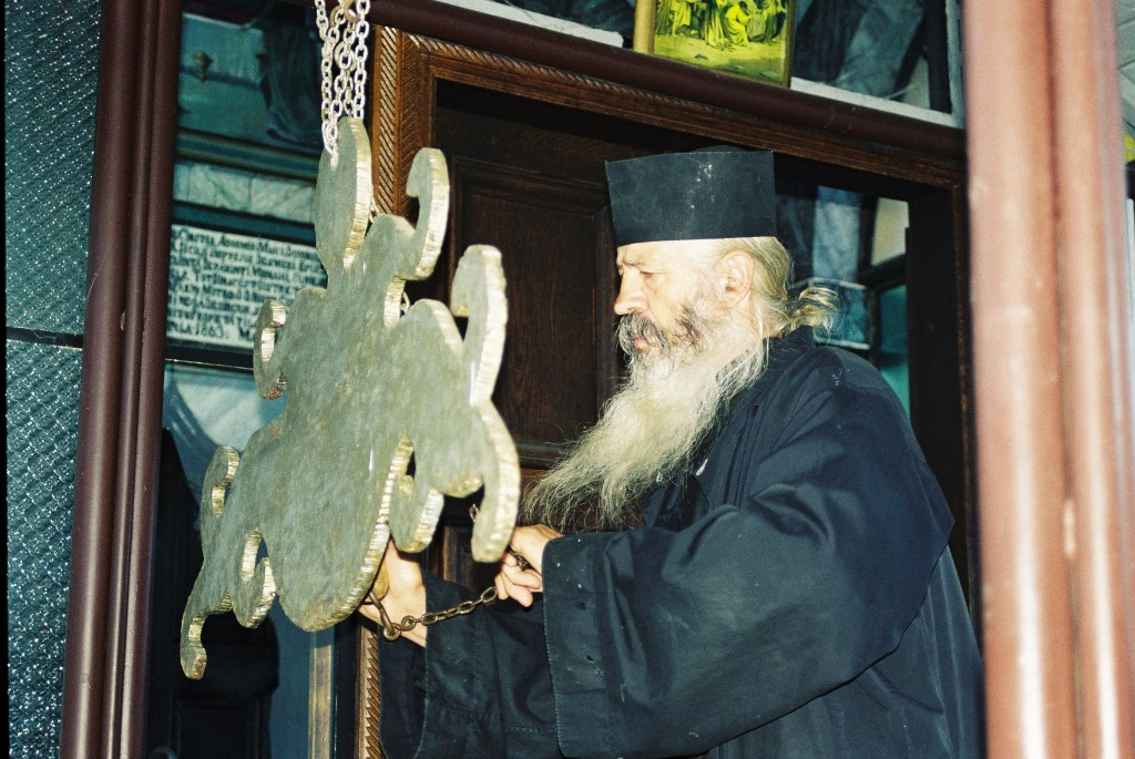 Jeden z mnichů kláštera Fransinei svolává ostatní k liturgii.