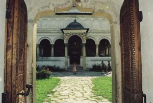 Klášter v Horezu je krásným komplexem staveb na kraji vesnice.