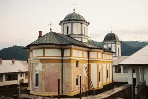 Kostel se zrovna chystal na novou fasádu, ale jinak bylo veškereé vybavení velmi prosté.