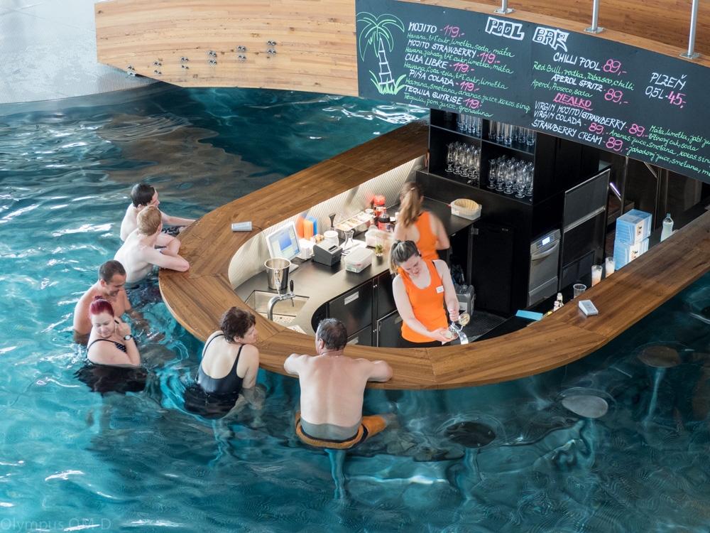 Cool bar - hospoda uprostřed bazénu. I to je Aqualand Moravia.