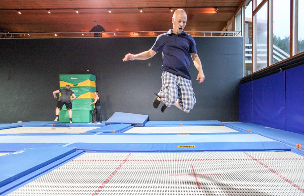 Jedna skákací v triku Icebreaker ze švýcarského Laax.