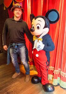 Icebreaker s Mickey Mousem v pařížském Disneylandu.