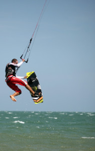 Kitesurfing potřebuje vítr a vlny. A ty tu rozhodně mají.