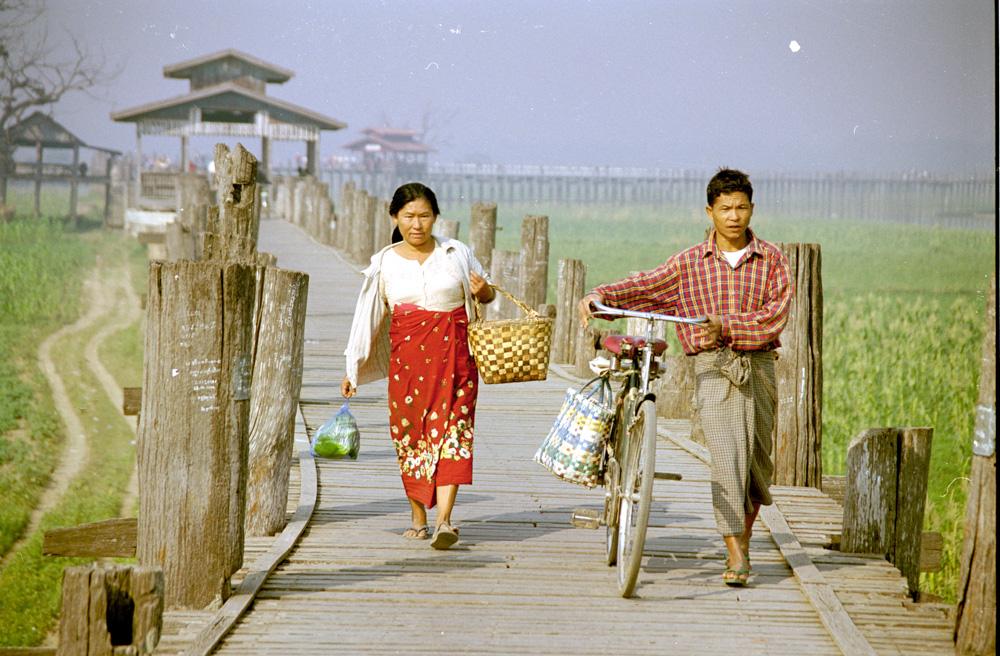 Nejdelší teakový most světa je právě v Myanmaru- Nedaleko města Mandalay.