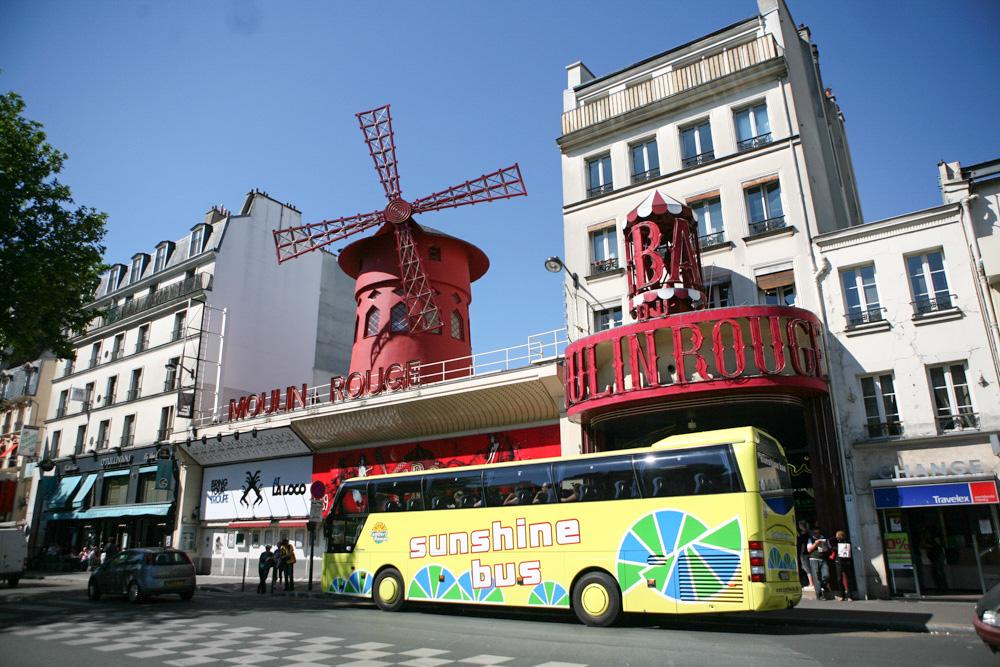 Červený mlýn nad známým kabaretem je typickým lákadlem turistů.
