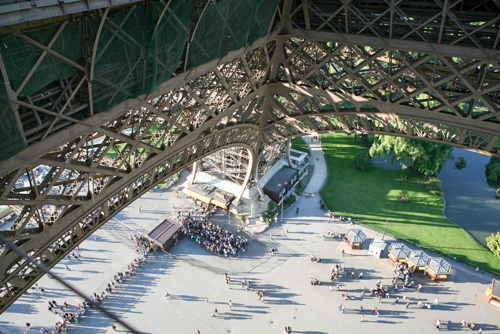 Fornta na vstup do Eiffelovy věže vypadá nejlépe z prvního patra věže. To už ji totiž máte za sebou.