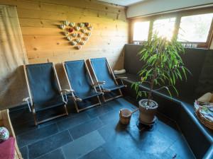 Odpočinek po sauně v příjemném prostředí.