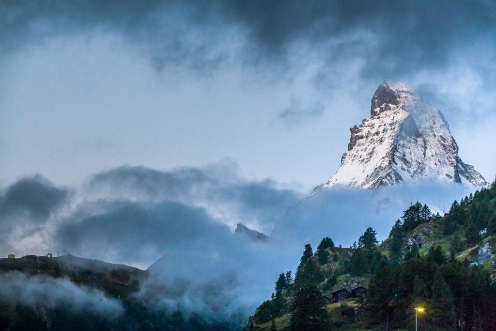 švýcrská hora Matterhorn vychází z mraků.