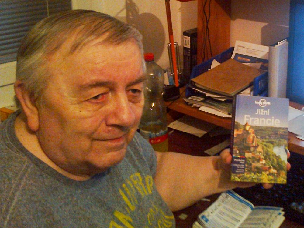 Josef Kubleka zcestoval kus světa. Dnes ale kvůli nemoci cestuje jen prstem po mapě a listováním v turistických průvodcích. Průvodce Lonely Planet po jižní Francii mu udělal vekou radost.