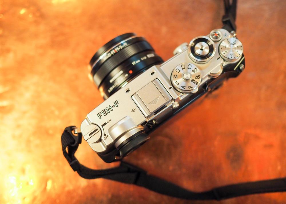 Pohled shora na fotoaparát Olympus PEN-F.