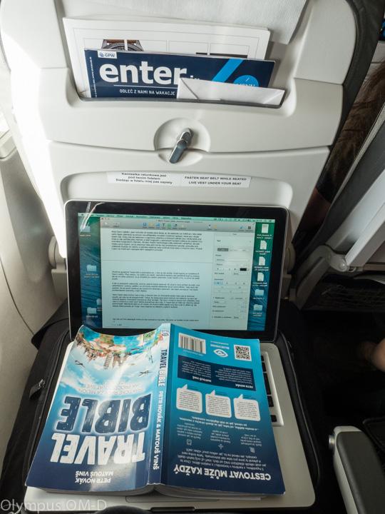 Travel Bible na stolku v letadle.