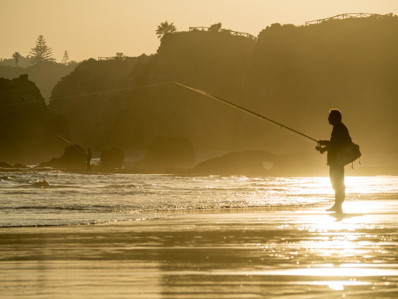 Rybář v západu slunce.