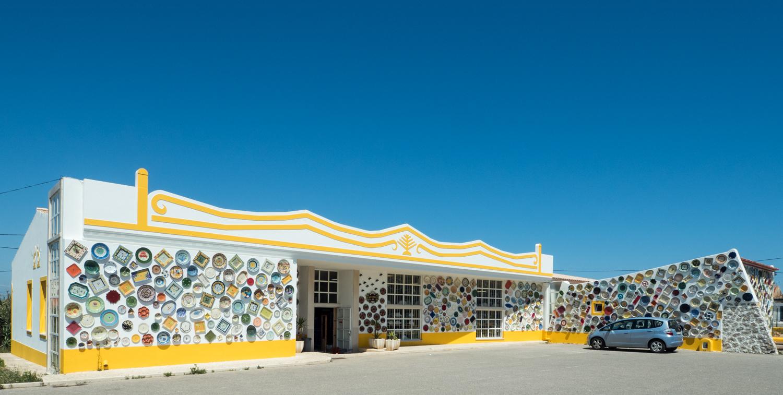 Obchůdek s fasádou pokrytou porcelánem nedaleko Sagres.