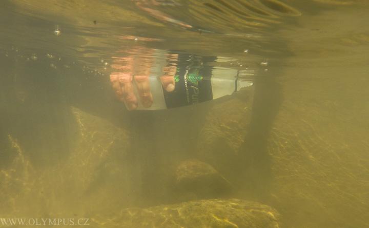 nabírání vody z potoka