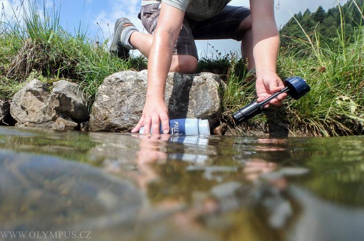 nabírání voda z potoka