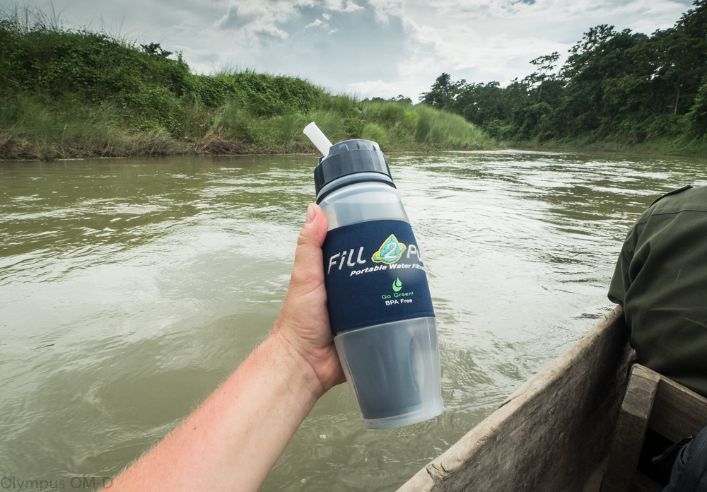 filtrační láhev na lodi na řece.