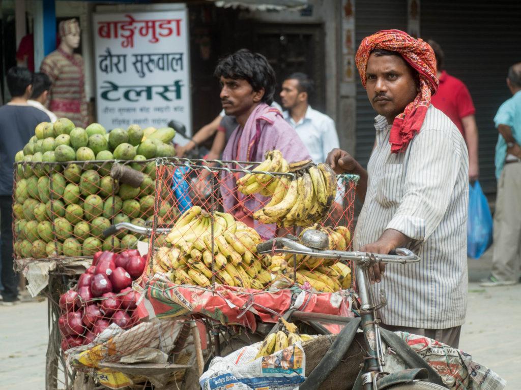 Prodejci ovoce v ulicích Kathmnadu.