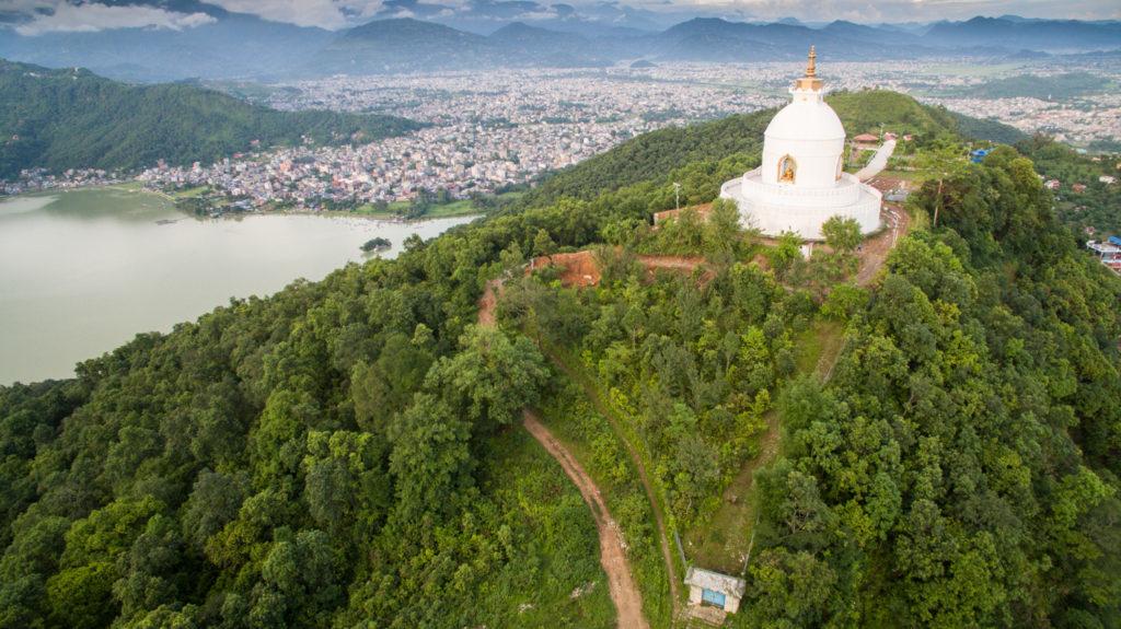 pohled z kopce na jezero
