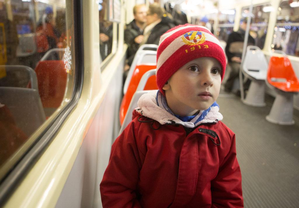 Kryštof v tramvaji.