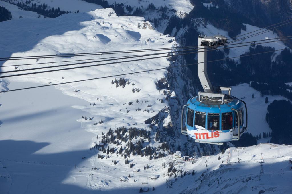 Lanovka nad švýcarskýcm Engelbergem.