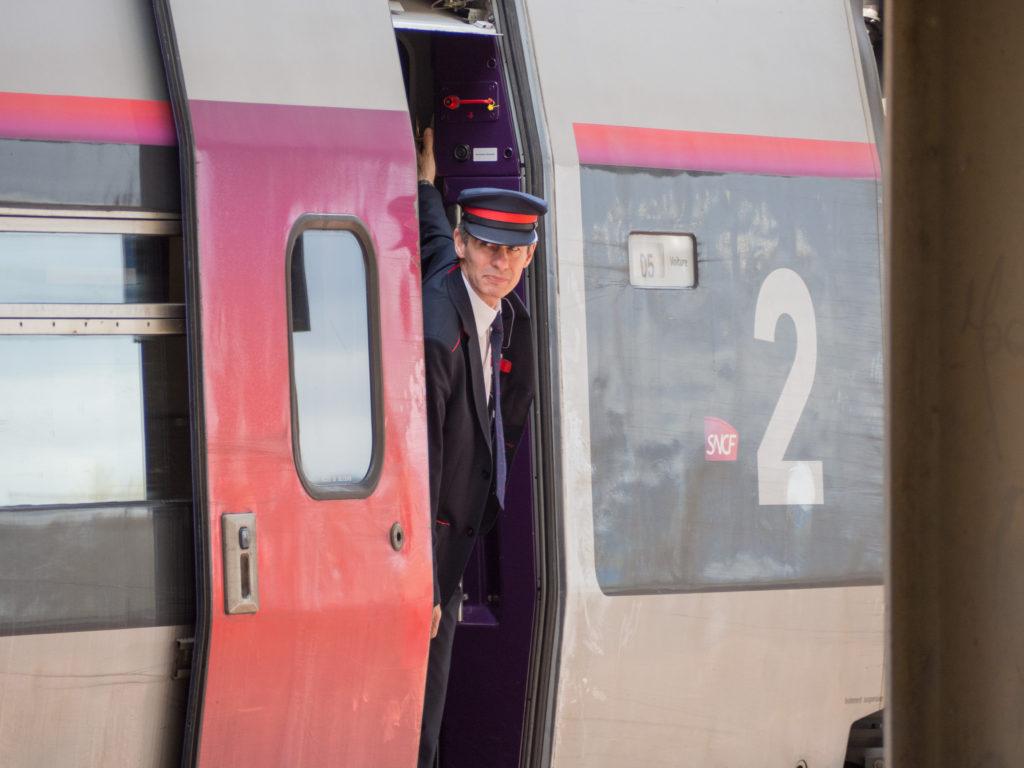 Průvodčí vlaku TGV.