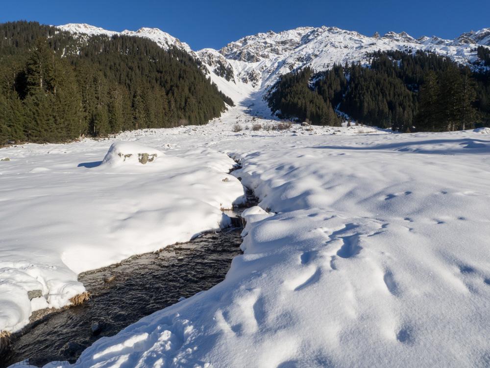 Horský potok v údolí za Klosters.