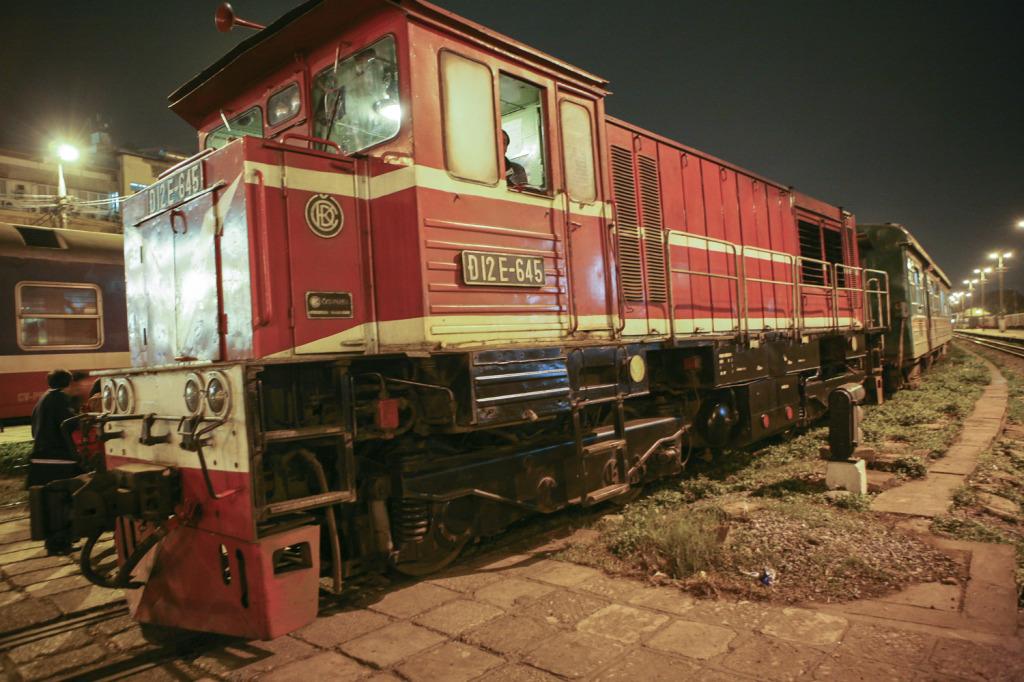 Vlak z ČKD v Hanoji na nádraží.