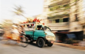 Ranní Mandalay, doprava tepe od rozbřesku.