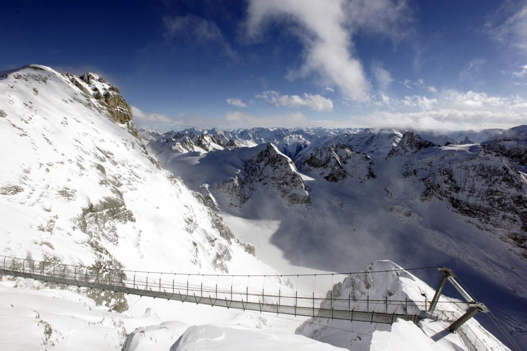 zasněžené hory kolem mostu