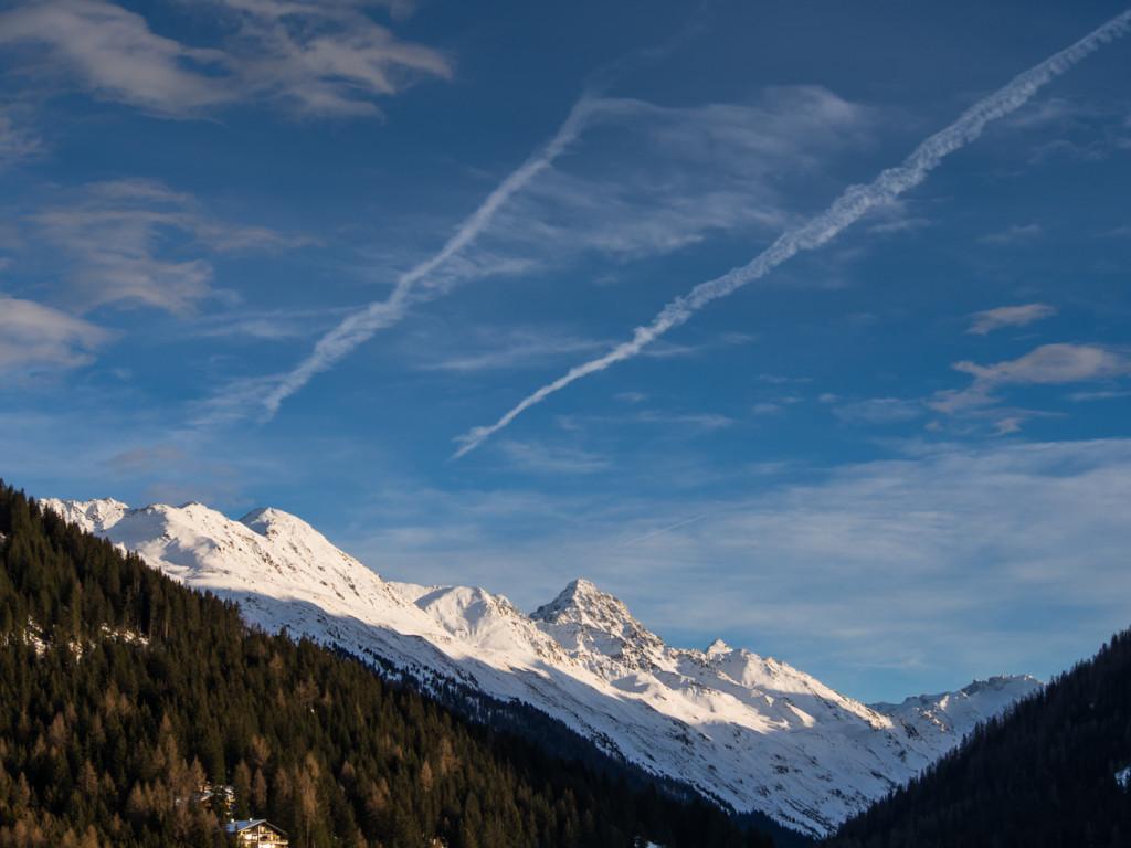 Kopce nad Davosem se tyčí vysoko, přestože Davos je nejvýše položeným městem v Evropě (1560 m.n.m.) hora Schwarzhorn se tyčí do více než tří tisíc metrů.