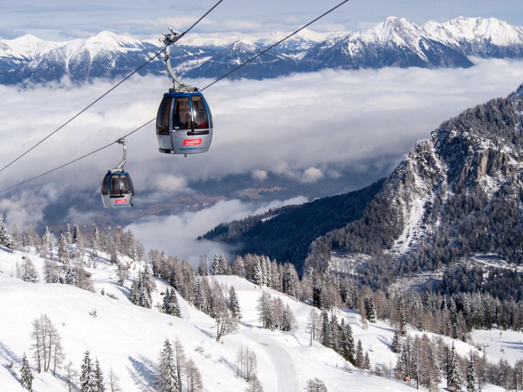 Lanovka Millenium-Express nad lyžařským střediskem Nassfeld v Korutanech.