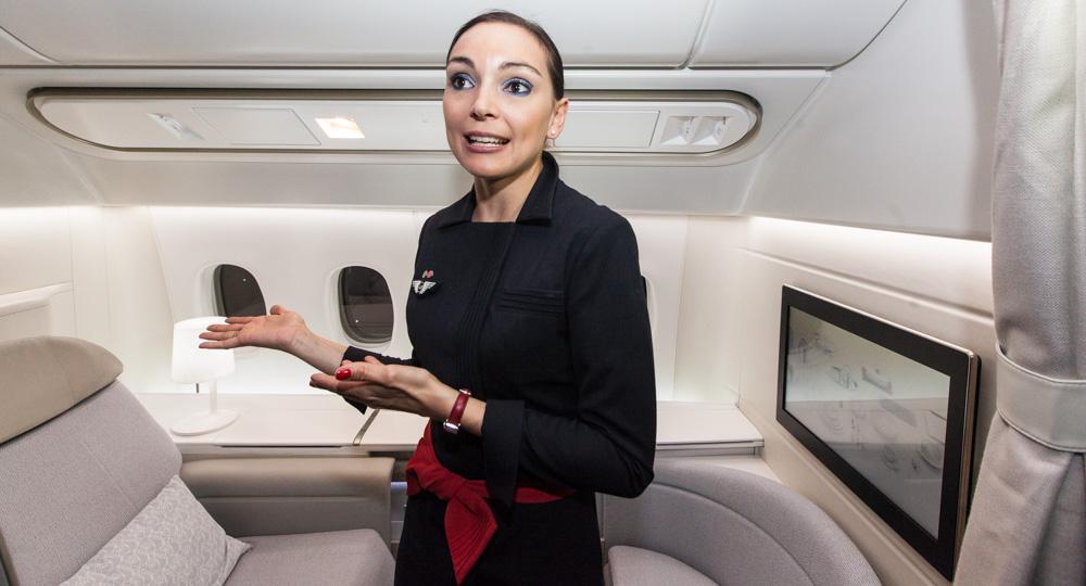 Letuška Air France představuje novou první třídu La Premiére.